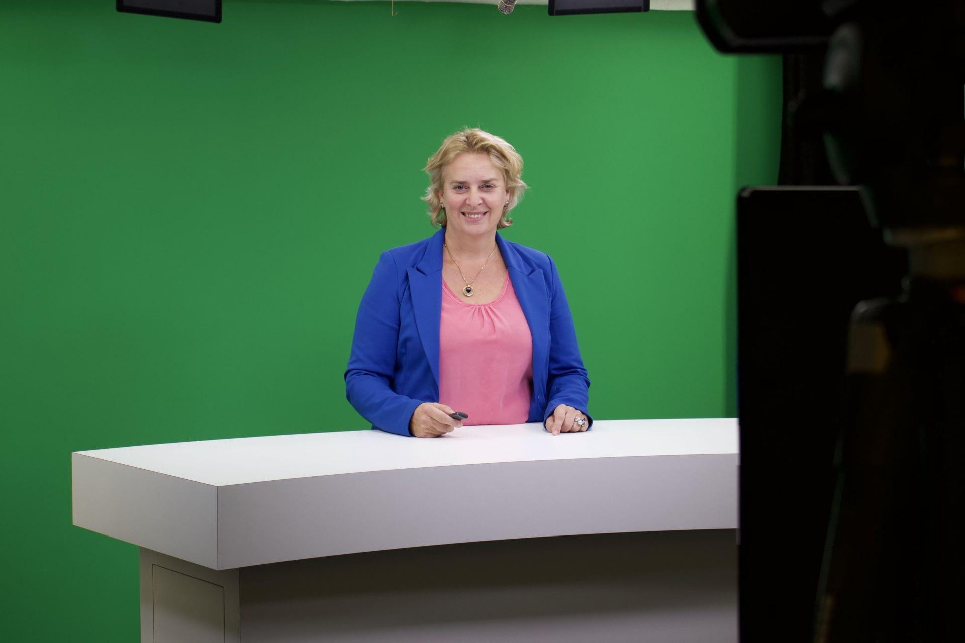 Rouwcoach Marinka de Groot aan het werk tijdens een webinar opgenomen bij Skillstown - Traan en een Lach