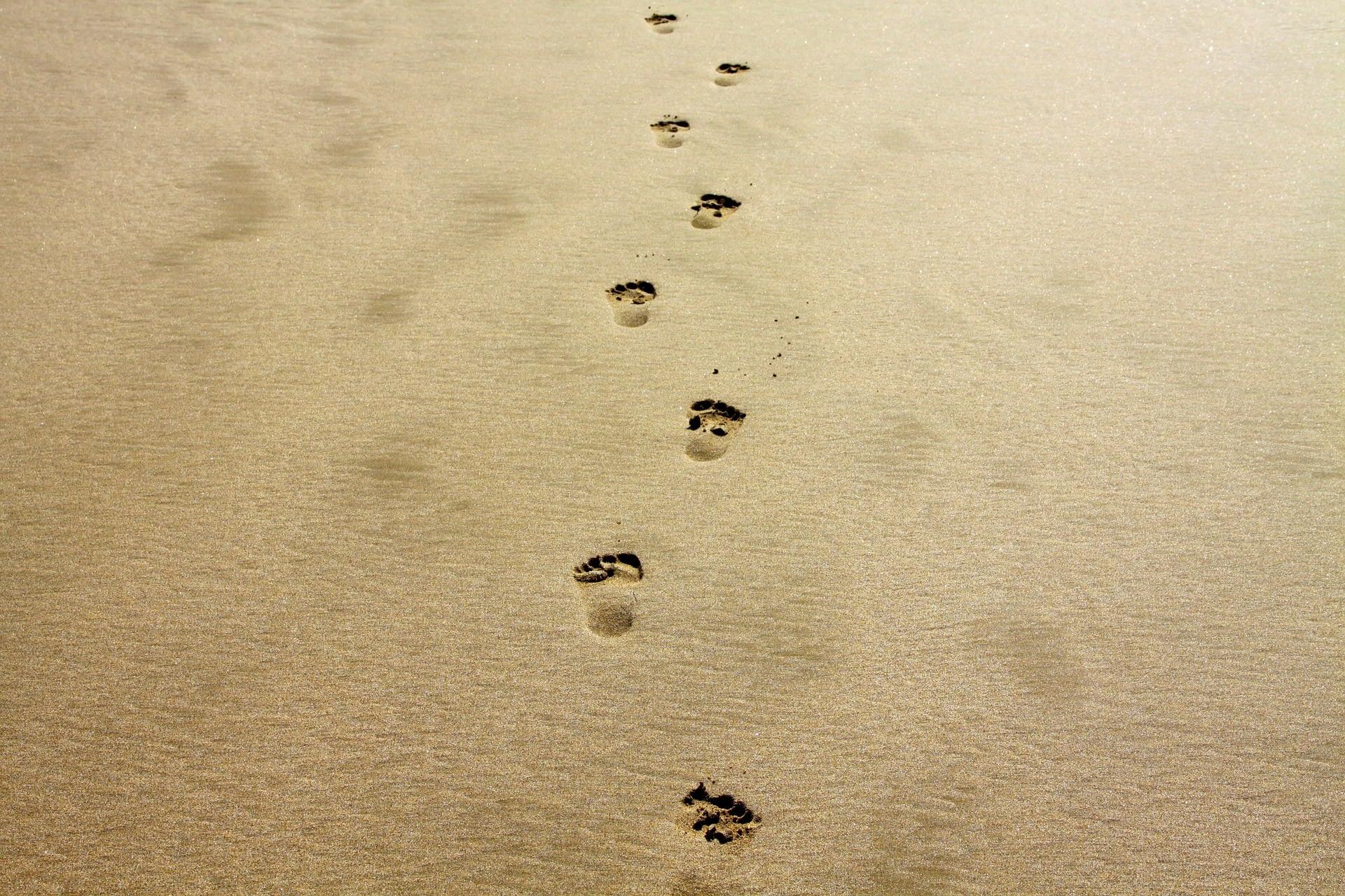 voetstappen in het zand - je eigen rouwroute lopen - Traan en een Lach